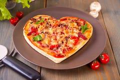 Pizza sotto forma di cuore per il San Valentino della st fotografie stock libere da diritti