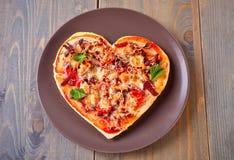 Pizza sotto forma di cuore per il San Valentino della st immagini stock