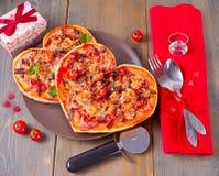Pizza sotto forma di cuore per il San Valentino della st immagine stock libera da diritti