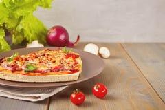 Pizza sotto forma di cuore per il San Valentino della st fotografia stock