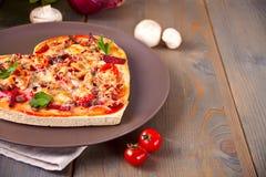 Pizza sotto forma di cuore per il San Valentino della st fotografia stock libera da diritti
