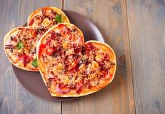 Pizza sotto forma di cuore per il San Valentino della st fotografie stock