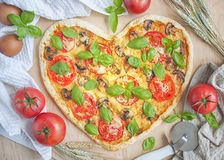 Pizza sous forme de coeur Photos libres de droits