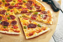 Pizza with spicy sausage Royalty Free Stock Photos