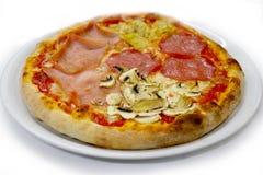 Pizza 4 stagioni mozzarela vermehrt sich italienische Lebensmittelpizza, Schinken Oliven explosionsartig lizenzfreie stockfotografie