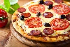 Pizza stonebaked rústica con el salami del chorizo Fotografía de archivo libre de regalías
