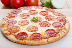 Pizza su legno Fotografia Stock