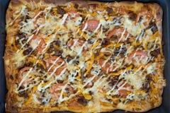 Pizza su uno strato di cottura Fotografie Stock