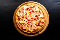 Pizza sul bordo Fotografia Stock Libera da Diritti