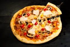 Pizza sul bordo con il prosciutto Immagine Stock