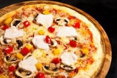 Pizza sul bordo con il prosciutto Fotografia Stock
