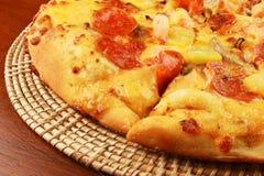 Pizza sul cassetto di vimini Fotografie Stock Libere da Diritti
