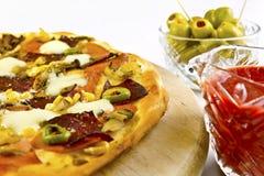 Pizza sul primo piano di legno della zolla Fotografia Stock Libera da Diritti