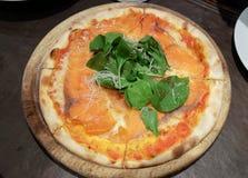 Pizza sul vassoio di legno, sulla tavola Fotografia Stock Libera da Diritti