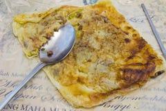 Pizza sulla pizza del giornale pronta da mangiare con il cucchiaio Fotografia Stock Libera da Diritti