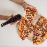 Pizza sulla tavola con la mano delle ragazze Immagine Stock
