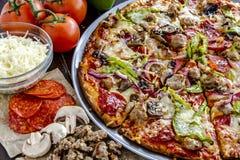 Pizza suprema da crosta fina fresca imagem de stock
