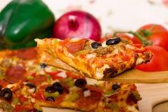 Pizza suprema deliciosa Imagenes de archivo