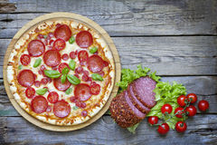 Pizza sur de rétros panneaux en bois de vieux vintage Photographie stock libre de droits