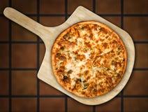 Pizza sur la peau en bois Photos libres de droits