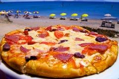 Pizza sur la plage en Grèce image libre de droits