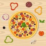 Pizza sur la surface en bois Pizza avec du fromage, le salami, la tomate, les champignons, les olives noires, le poivron doux, le illustration libre de droits