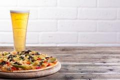 Pizza sur la table photos stock