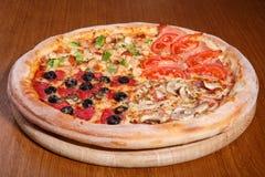 Pizza sur la table Images libres de droits