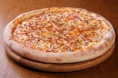 Pizza sur la table Photos libres de droits