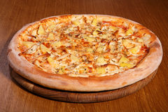 Pizza sur la table Images stock