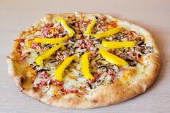 Pizza sur la table en bois Images libres de droits