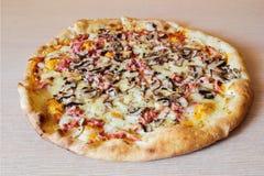 Pizza sur la table en bois Images stock