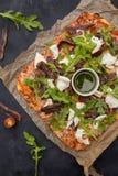 Pizza sur la vue supérieure de fond en bois foncé Photos libres de droits