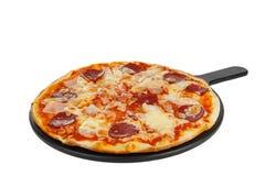 Pizza sur le blanc d'isolement de conseil blanc photos stock