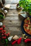 Pizza sur le bois avec des ingrédients photographie stock