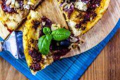 Pizza sur le bureau en bois de coupe avec la tranche de pizza cutted Image stock
