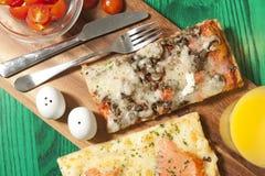 Pizza sur un conseil en bois Photographie stock libre de droits