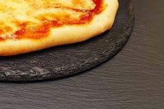 Pizza sur une table noire Vue de côté Savoureux fait maison peu de pizza photos libres de droits