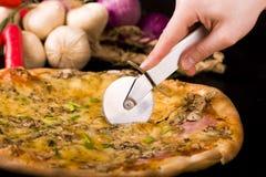 pizza tnący plasterki Zdjęcia Stock
