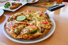 Pizza Tom Yum Goong. Stock Foto