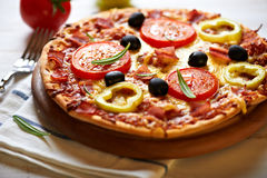 Pizza with tomatoes, pepper and ham Royalty Free Stock Images