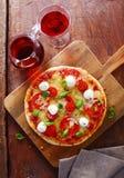 Pizza tricolora italiana colorida con el vino rojo Fotos de archivo