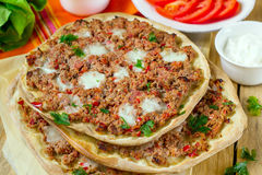Pizza turca Lahmajoun Lahmacun con la carne picada Imagen de archivo