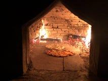 Pizza twee in oude houten oven royalty-vrije stock afbeeldingen