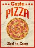 Pizza uitstekende retro affiche op verfrommeld document voor restaurant Royalty-vrije Stock Afbeeldingen