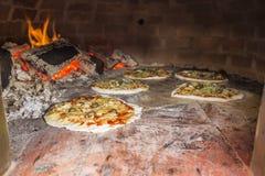 Pizza in un forno del mattone Fotografia Stock