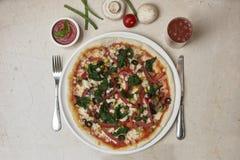Pizza un plato blanco Fotografía de archivo libre de regalías
