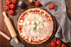 Pizza und Bestandteil lizenzfreie stockfotografie