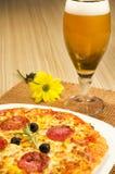 Pizza und Bier Stockfotos