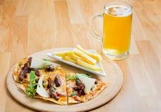 Pizza und Bier Stockfoto